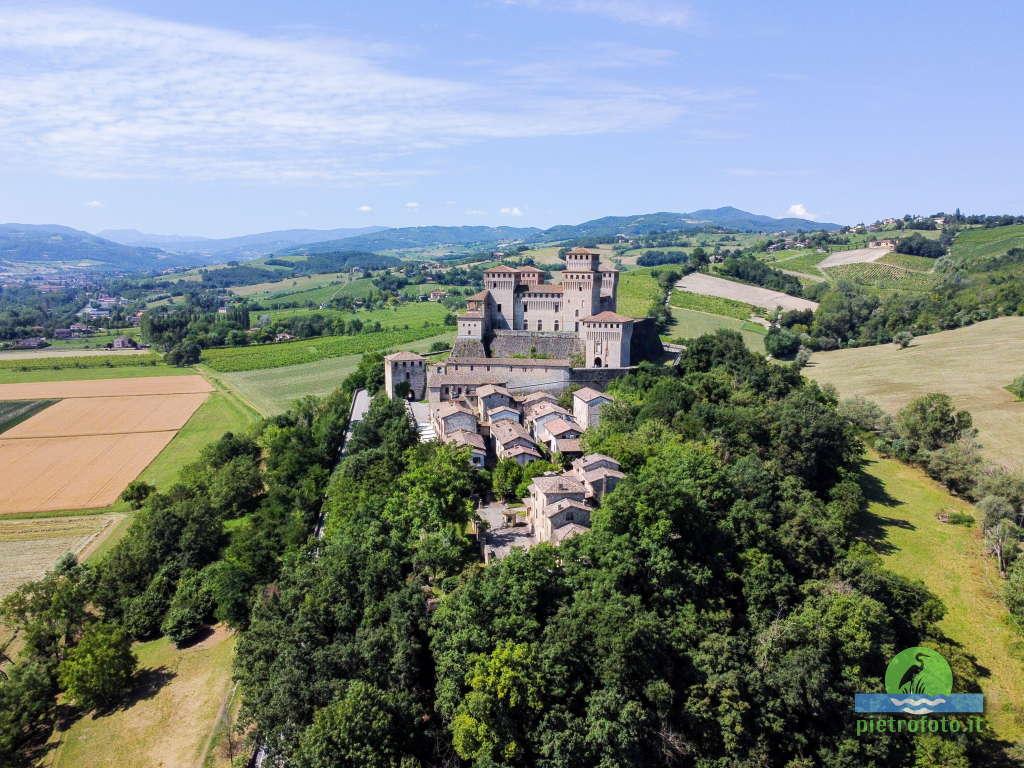Il castello di Torrechiara dal drone