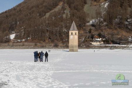 Il campanile sommerso del lago di Resia con la neve